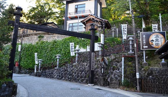 下呂31・湯の街通り入口、行者堂.JPG