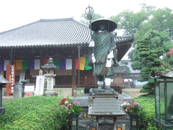 本山寺14・弘法大師像と本堂.JPG
