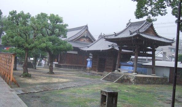 本山寺6・右側、鐘楼・大門・大師堂.JPG