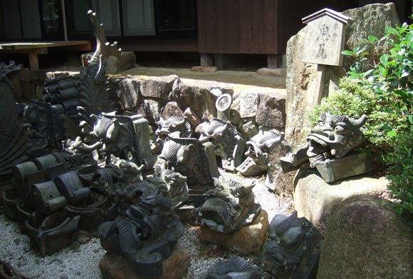 温泉寺15・本堂の鬼瓦.JPG