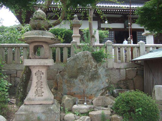 温泉寺18・石仏と常夜燈.JPG
