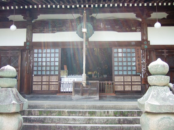 温泉寺8・薬師堂と二基の五輪塔.JPG