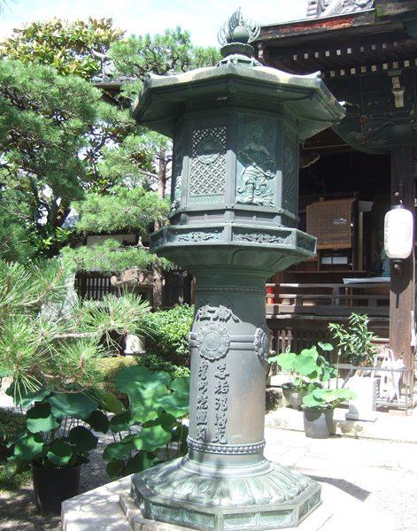 行願寺6・本堂前灯篭.JPG