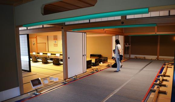 迎賓館33・桐の間の踊.JPG