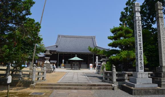 金倉寺33・正面参道から本堂を望む.JPG
