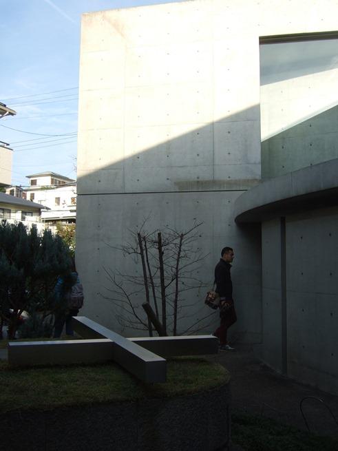 光の教会11・庭の十字架.jpg