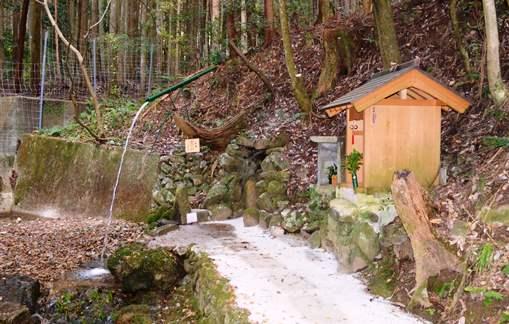 小新屋15・行場の滝と祠.jpg