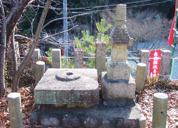 平林寺13・石造露盤と宝篋印塔.jpg