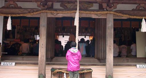 本宮19・拝殿内で正式参拝.jpg