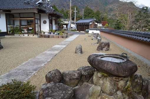 赤井8・鷲住寺右の石庭.jpg